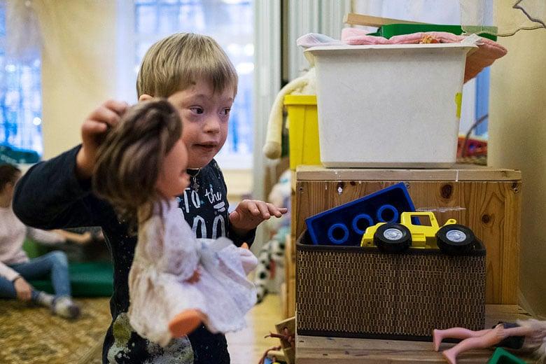 10. Когда Архип жил в интернате, он не умел играть в игрушки. Просто не обращал на них внимания