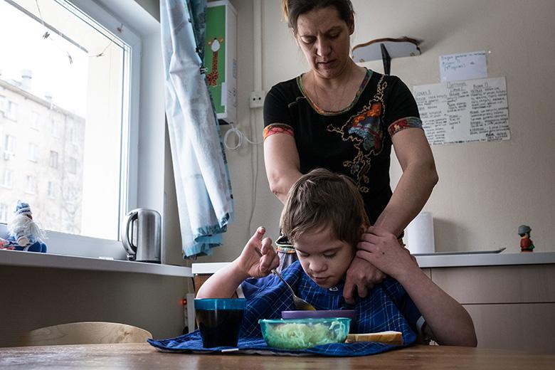Алена научила Сережу очень многому: есть ложкой, есть аккуратно, есть не только суп, но и твердую пищу