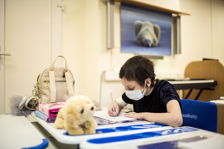 Ксения не расстается с собачкой Авророй даже на уроках