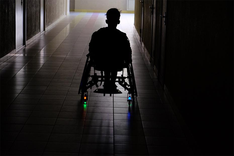 Разноцветные лампочки на колесах – это для крутости, – говорит Эльмира. – Инвалидная коляска у ребенка должна быть «ух ты!», это наша твердая позиция